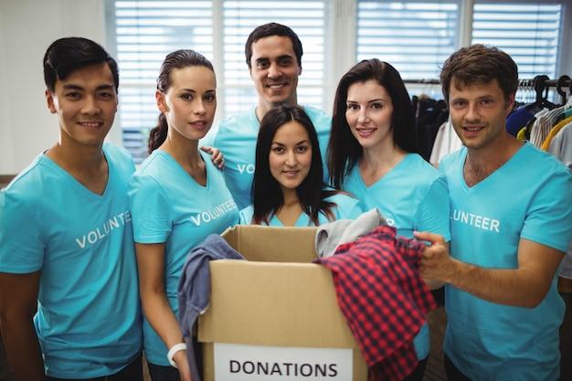 Groep vrijwilligers met donatie doos Gratis Foto