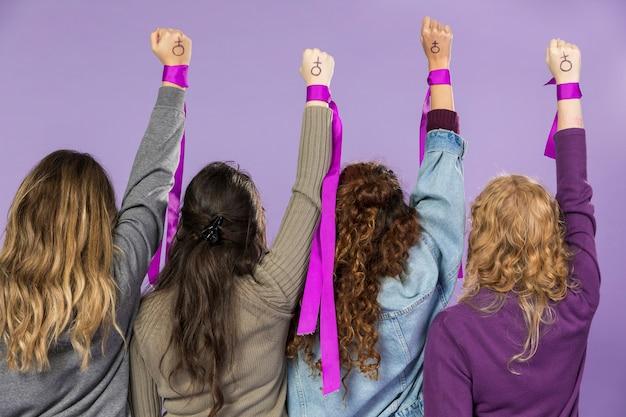 Groep vrouwelijke activisten die samen protesteren Gratis Foto