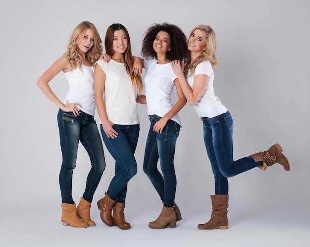 Groep vrouwen met verschillende naties Gratis Foto