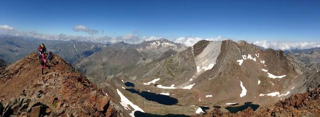 Groep wandelaars op de top van de berg Gratis Foto