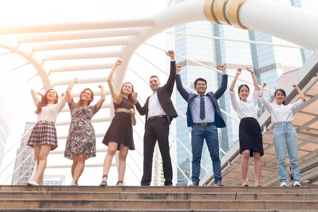 Groep zakelijke team bedrijf handen aan de orde gesteld zakelijk succes. Premium Foto