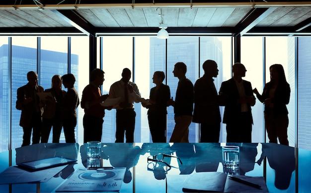 Groep zaken die in een vergadering spreekt Gratis Foto