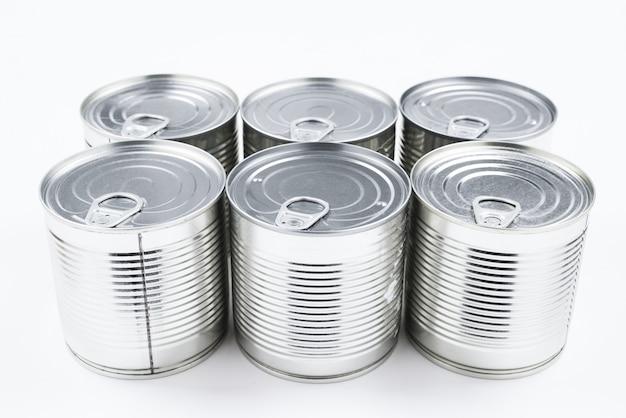 Groep zilveren ingeblikt voedsel op witte achtergrond. Premium Foto