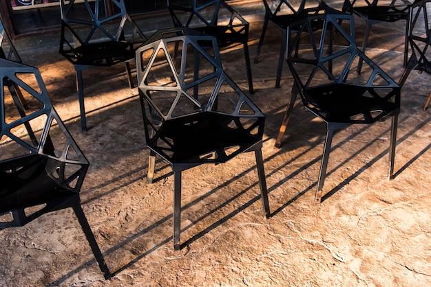 Groep zwarte metaalstoelen Gratis Foto