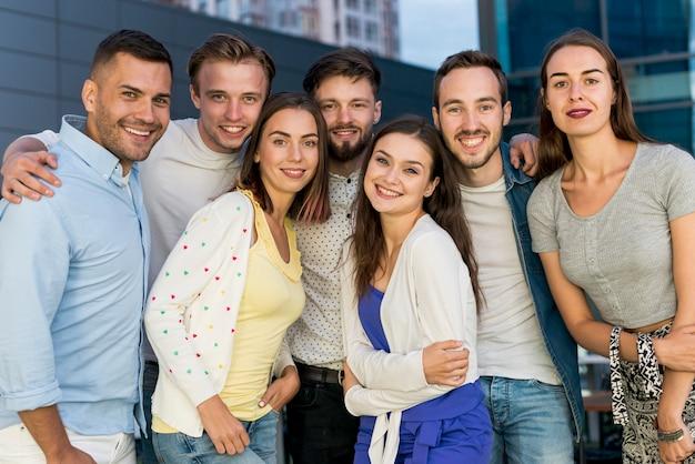 Groepsfoto van vrienden op een feestje Gratis Foto