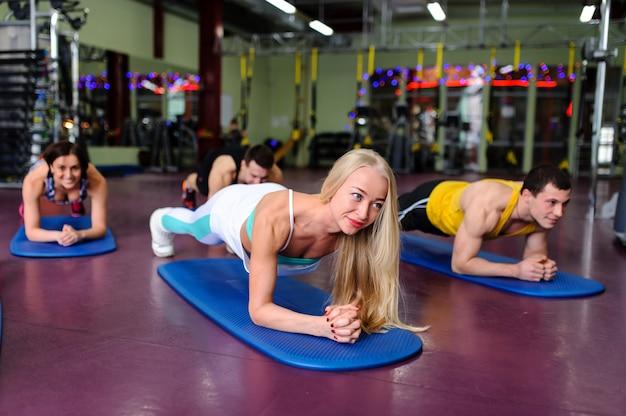 Groepslessen in de sportschool Premium Foto