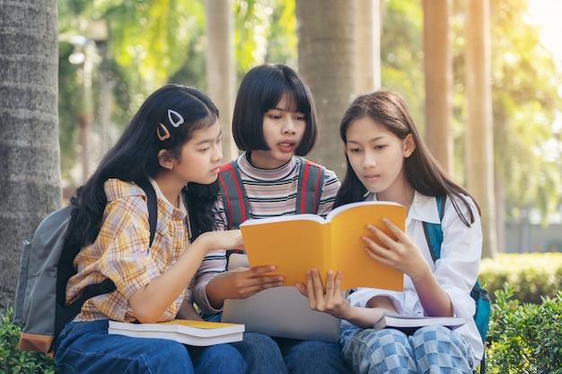 Groepsstudent jongeren en onderwijs leesboek in stadspark Premium Foto