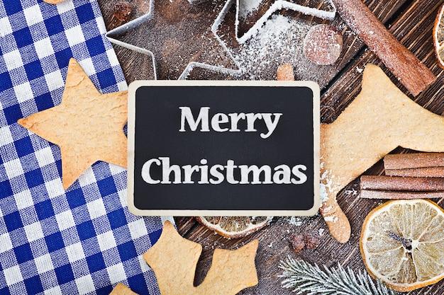 Groeten prettige kerstdagen en accessoires voor het bakken van koekjes Premium Foto