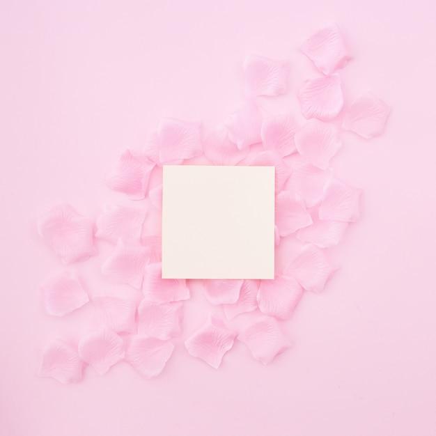 Groetkaart op roze bloemblaadjes Gratis Foto