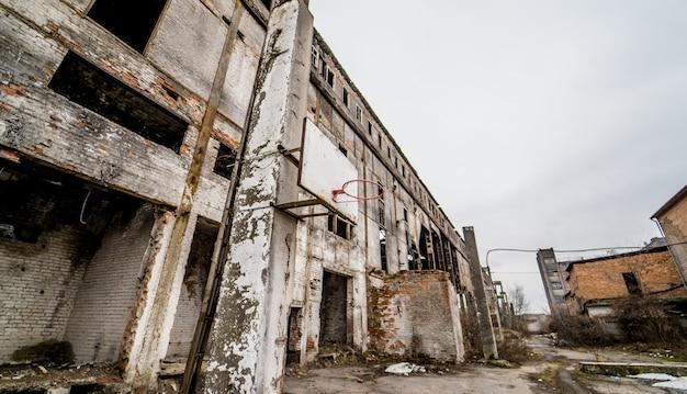 Grondgebied van verlaten industriegebied dat op sloop wacht. fabrieksruïnes. Premium Foto