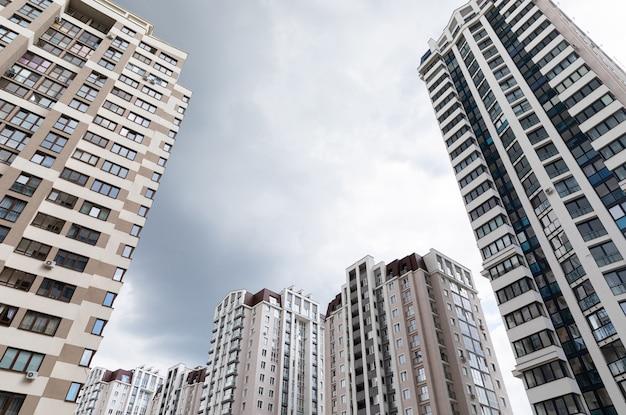 Grondmening van geavanceerde architectuurflatgebouwen bij slaapzaaldistrict, bewolkte hemel Premium Foto