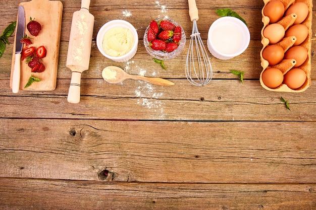 Grondstoffen voor het koken van aardbeientaart of cake Premium Foto