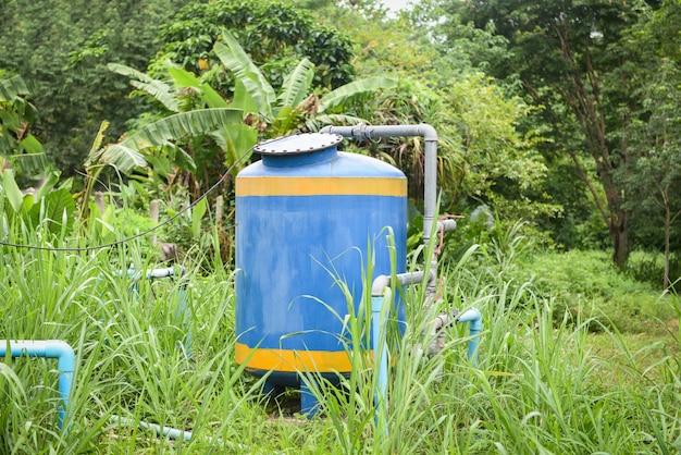 Grondwaterput met pvc-leidingsysteem elektrische diepe put dompelpomp watertank Premium Foto