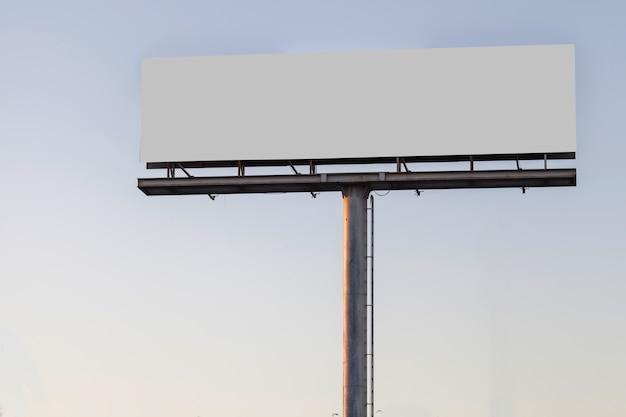 Groot aanplakbord reclamevertoning tegen blauwe duidelijke hemel Gratis Foto