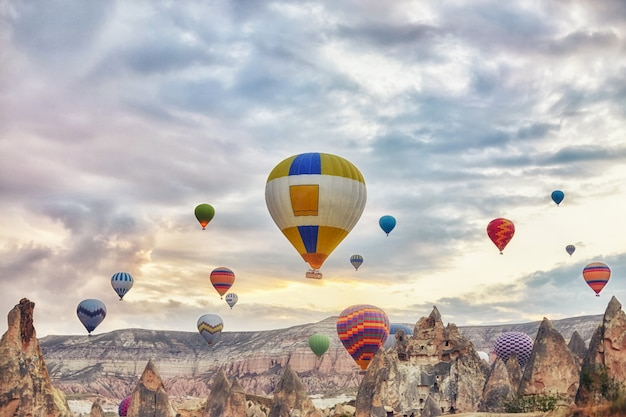 Groot aantal ballonnen vliegen in de ochtend in de lucht Premium Foto