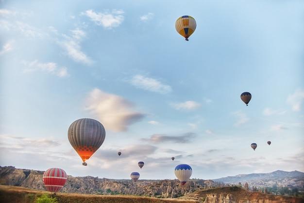 Groot aantal ballonnen vliegen ochtend in luchtstralen Premium Foto