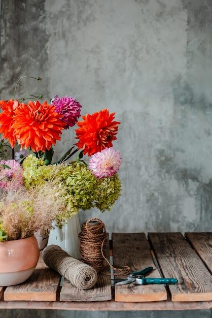 Groot boeket bloemen op de bureaubladbloemist Premium Foto