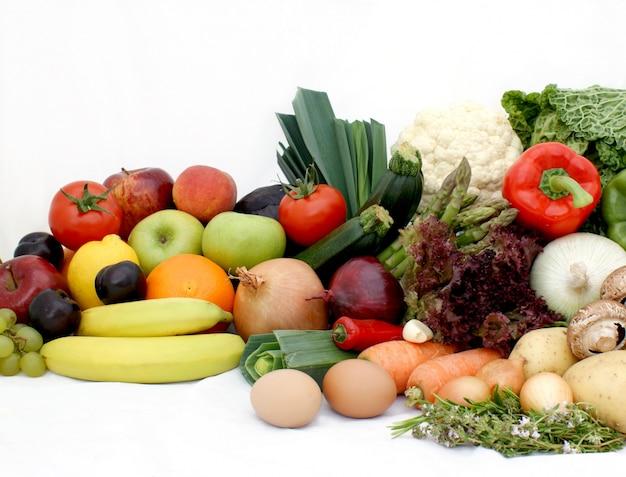 Groot display van de verschillende groenten en fruit Gratis Foto
