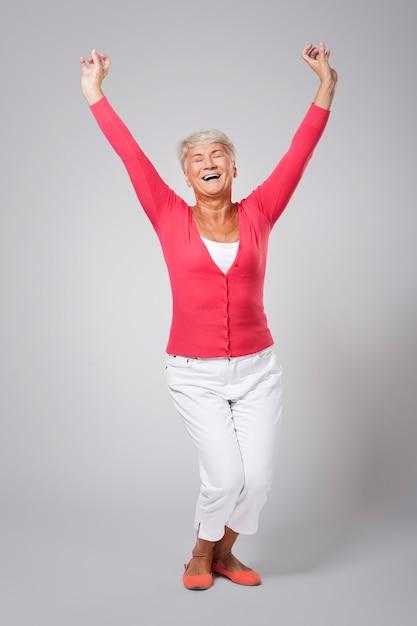 Groot geluk door het succes van een oudere vrouw Gratis Foto