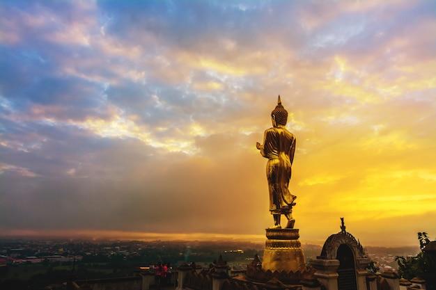 Groot gouden boeddhabeeld Premium Foto