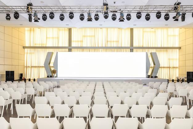 Groot leeg modern seminarie, conferentiezaal met projectorscherm Premium Foto