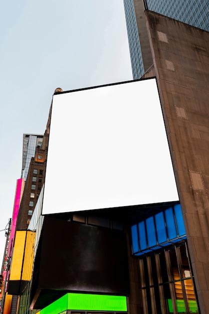Groot modelaanplakbord op een gebouw Gratis Foto