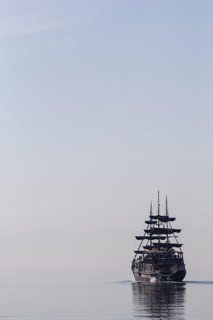 Groot schip dat op het kalme water vaart Gratis Foto