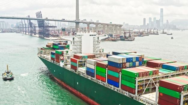 Groot vrachtschip dat verzendingscontainer aankomt die de haven van hong kong aankomt Premium Foto
