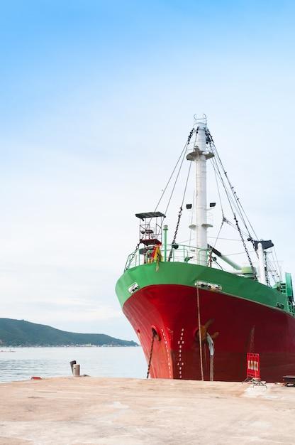 Groot vrachtschip met vele verschepende container in haven Premium Foto