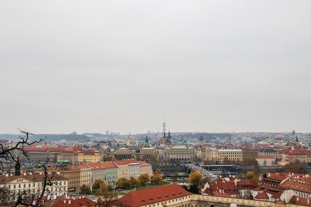 Groothoek opname van de gebouwen van praag onder een bewolkte hemel Gratis Foto