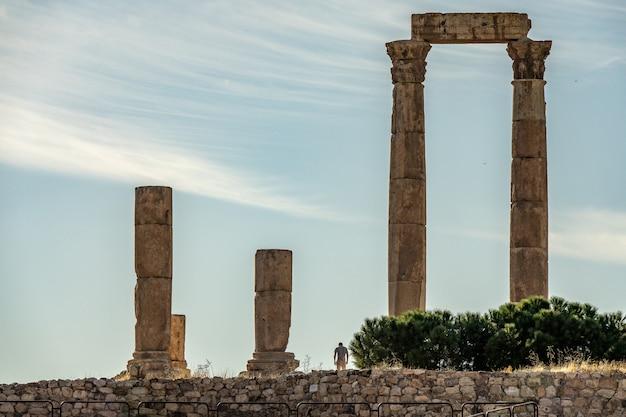 Groothoek opname van de tempel van hercules in jordanië onder een blauwe hemel Gratis Foto