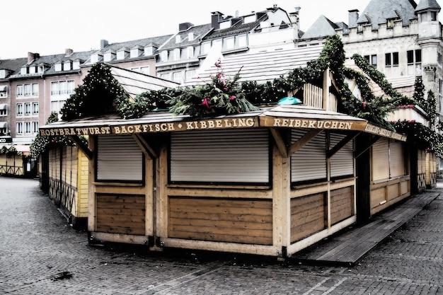 Groothoek opname van een houten constructie omgeven door gebouwen Gratis Foto