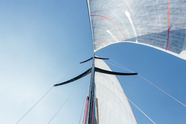 Groothoekfoto van twee zeilen vol sterke wind Gratis Foto