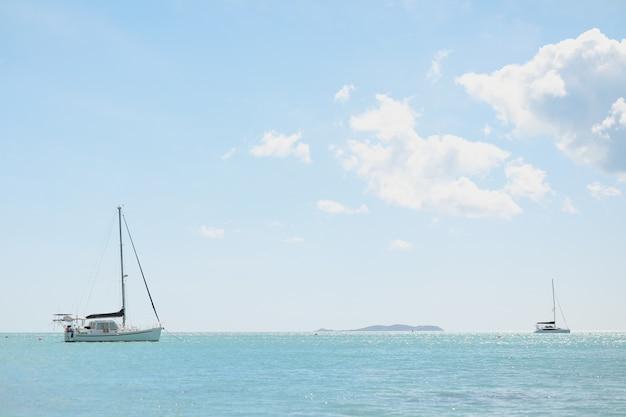 Groothoekopname van een oceaan met boten bovenop onder een heldere hemel, Gratis Foto
