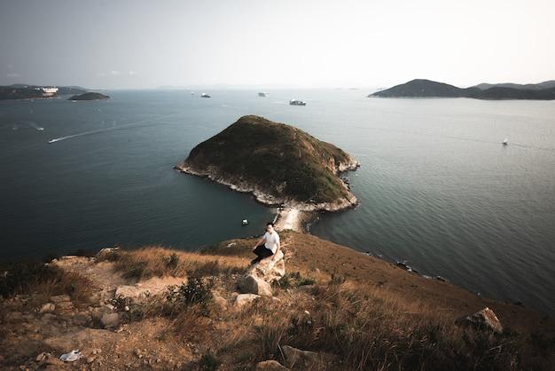 Groothoekopname van mount johnston, omringd door het water in hong kong Gratis Foto