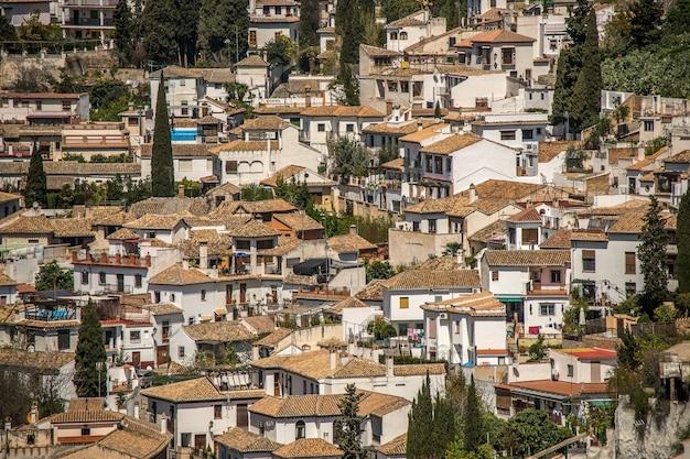Groothoekopname van witte gebouwen van een stad die overdag naast elkaar zijn gebouwd Gratis Foto