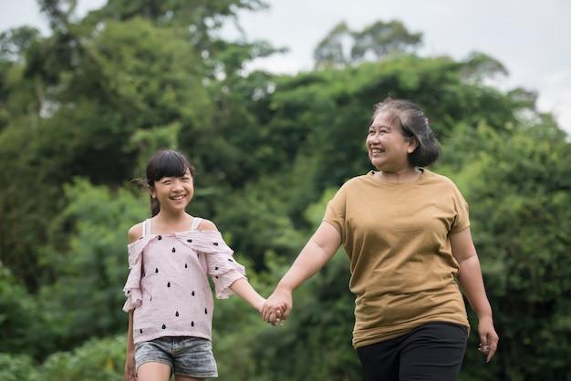Grootmoeder spelen met kleindochter buiten in het Park Gratis Foto