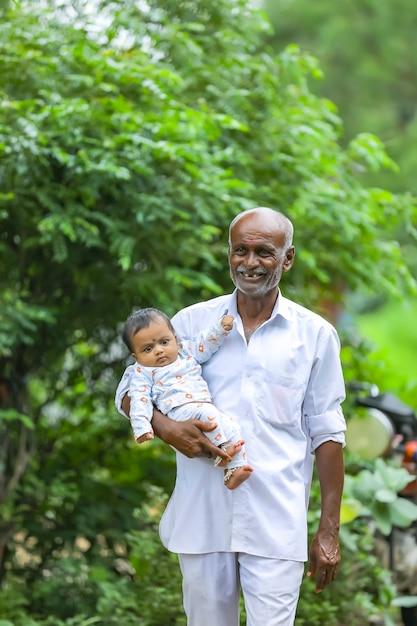 Grootvader met zijn kleindochter op zijn hand. Premium Foto