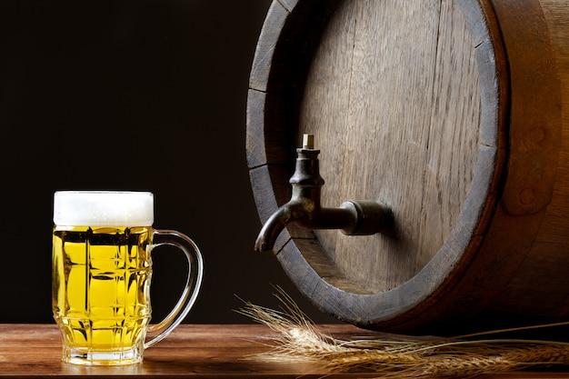 Grote bierpul met houten vat Premium Foto