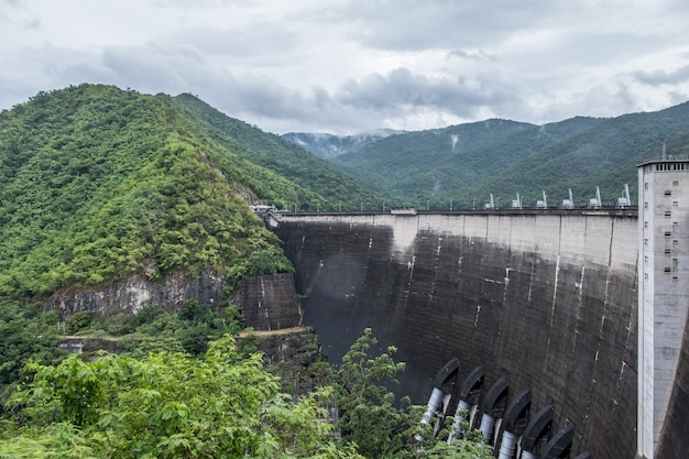 Grote boog betonnen dam. Premium Foto