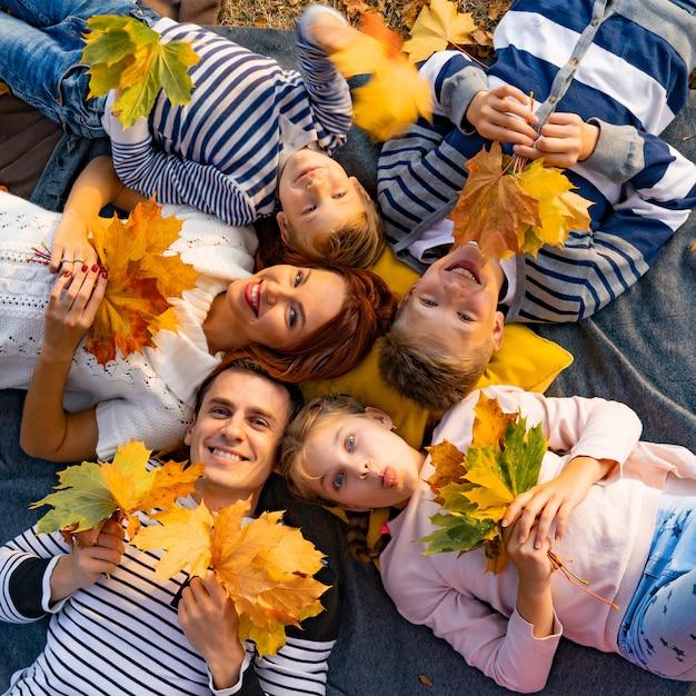 Grote en gelukkige familie in het park op een picknick Premium Foto