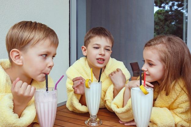 Grote groep vrienden die goede tijd nemen met melkcocktails. Gratis Foto