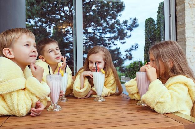 Grote groep vrienden die veel tijd nemen met melkcocktails Gratis Foto