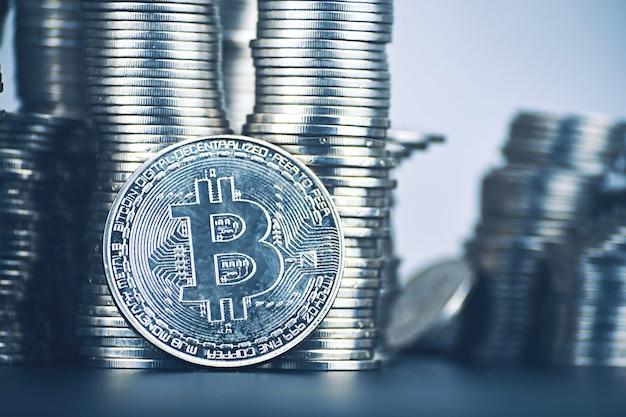 Grote hoeveelheid bitcoin-stijging van cryptocurrency. is het de moeite waard om in crypto te investeren? torens van munten Premium Foto