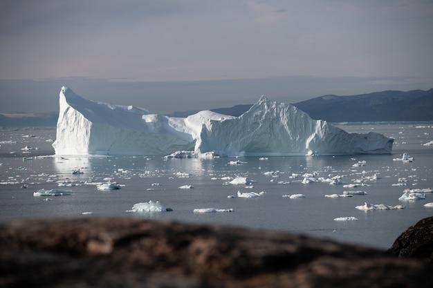 Grote ijsberg die op de oceaan drijft Premium Foto