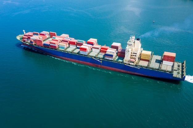 Grote internationale scheepvaart voor het laden van vrachtcontainers Premium Foto