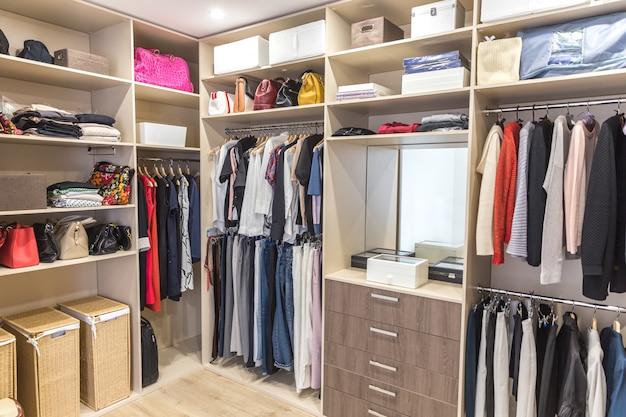 Grote kledingkast met verschillende kleding voor kleedkamer Premium Foto