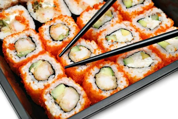 Grote kleurrijke sushireeks en eetstokjes Premium Foto