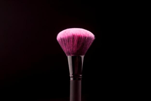 Grote make-upborstel met droge kleurstof Gratis Foto