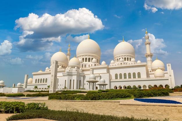 Grote moskee sheikh zayed in abu dhabi in een zomerdag, verenigde arabische emiraten Premium Foto